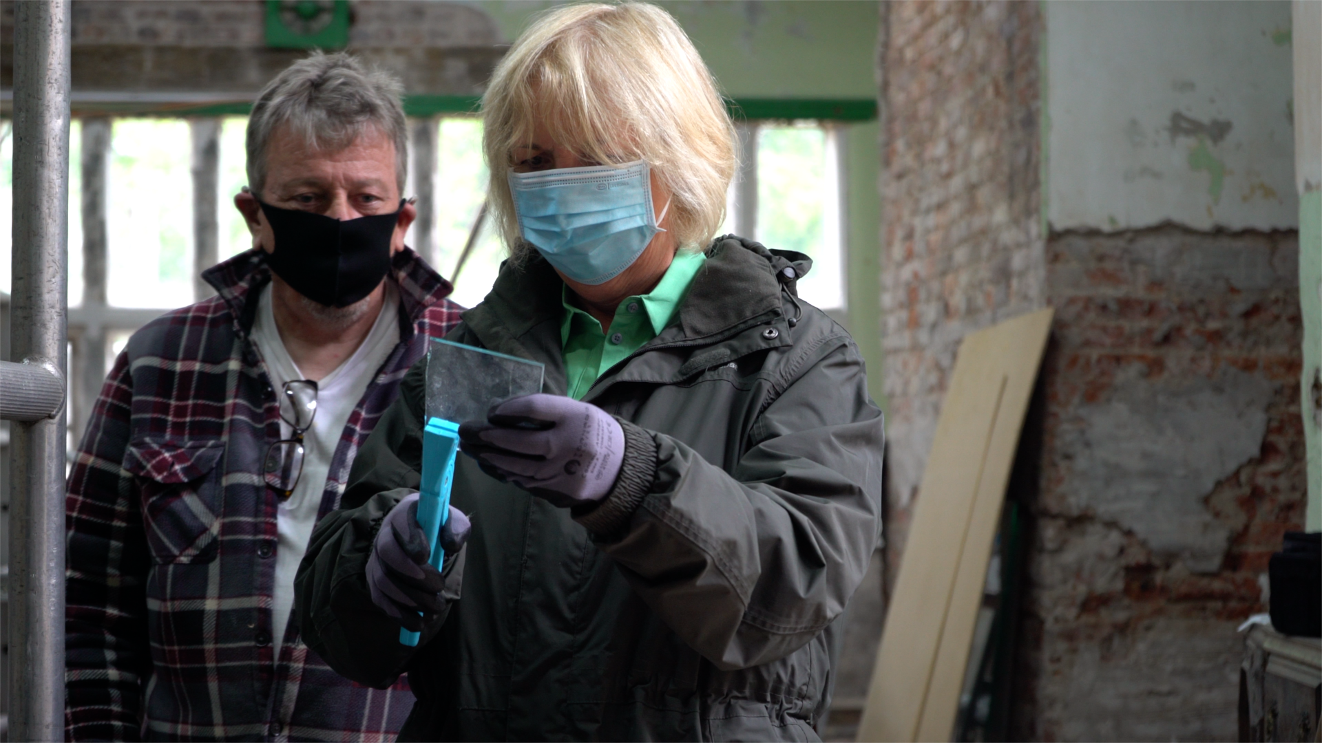 Rochdale Online: Volunteers at Hopwood Hall Estate learn the craft of renovating its historic leaded glass windows: Hopwood Hall Rochdale